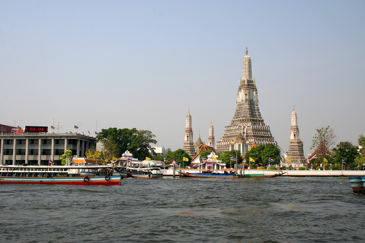 dress up in traditional clothes at Wat Arun in Bangkok with Kids